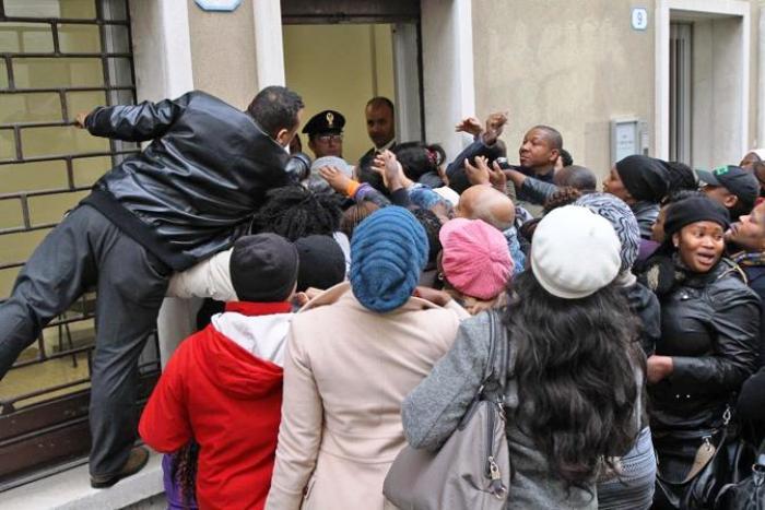 Mega rissa a Piazza Garibaldi: in cento assaltano un negozio, squarciata la ruota di una volante della polizia