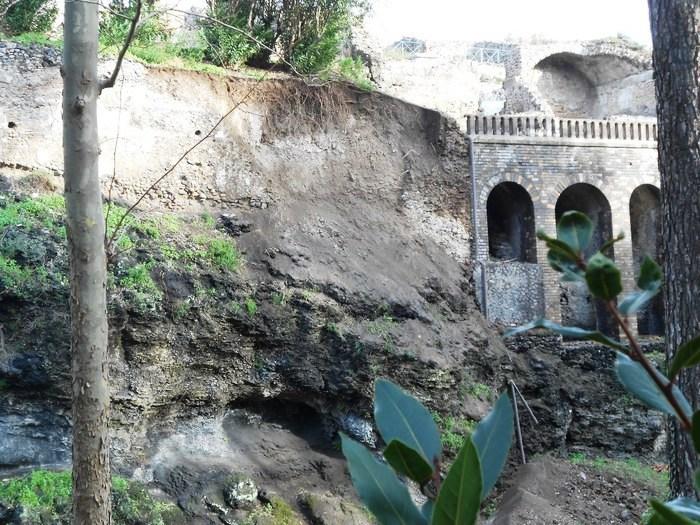 Pompei, dopo le piogge una frana negli scavi: smottamento alla Casa di Severus