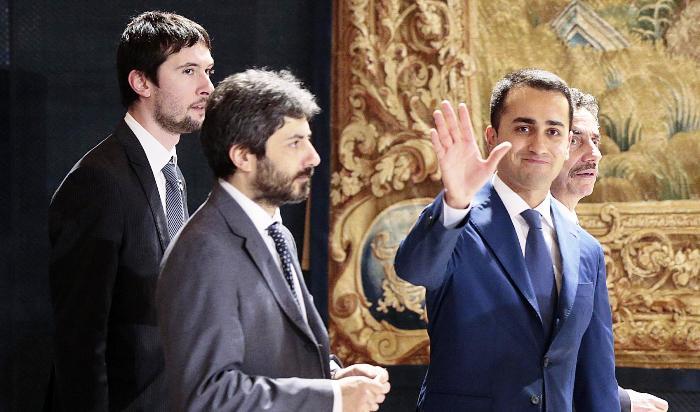 """TERRA DEI FUOCHI – Il Grillino Di Maio: """"Renzi ha tagliato tutti i fondi per la terra dei fuochi, ci spieghi perchè"""""""