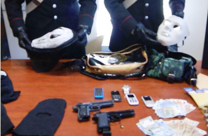 Rapina con maschere scena e armi finte: arrestato un uomo del commando. La rapina con l'auto di mammà