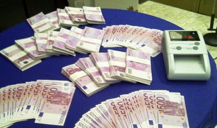 Soldi falsi da spacciare nelle scarpe, la Polizia arresta due giovani e sequestra 5600 euro contraffatti