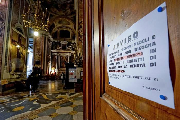 Papa a Napoli: scoperto giro di biglietti falsi. Chiedevano ad anziani e turisti molti euro per 'prime file