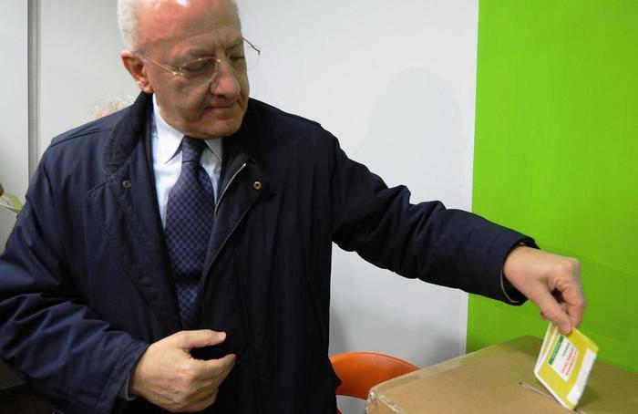 """Primarie in Campania: De Luca vince col 52%, in 157mila ai seggi, Cozzolino (44%) e Di Lello (4%). L'ex sindaco di Salerno: """"sarà rivoluzione"""" e polemizza su Saviano"""