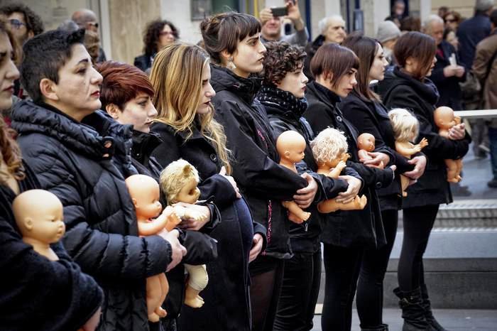 No all'inceneritore: donne a lutto a Napoli. Hanno manifestato vestite di nero tenendo tra le mani le bambole