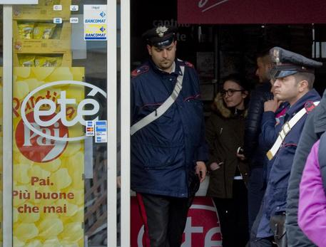 Un morto e nove feriti nella rapina al supermercato Etò, fermati due carabinieri: uno è di Cercola