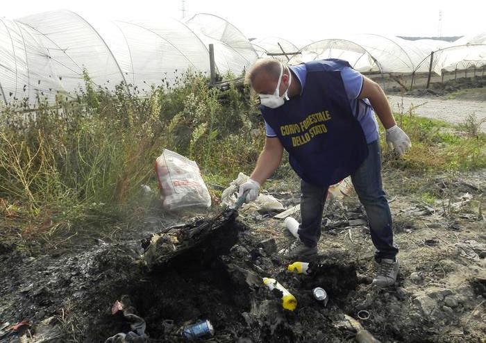 Terra dei fuochi, i Carabinieri arrestano tre persone per incendio rifiuti