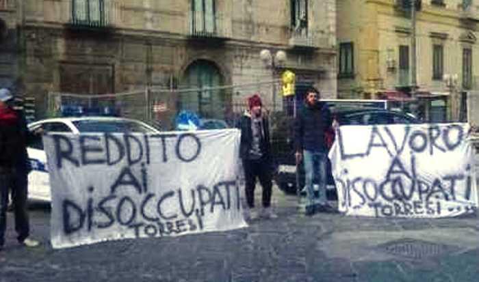 """Torre del Greco, la protesta dei disoccupati ai cantieri Più Europa: """"I casalesi lavorano e i torresi no!"""""""