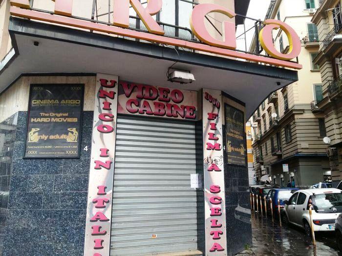 Prostituzione in cinema a luci rosse, la Polizia Municipale scopre l'alcova e la sequestra