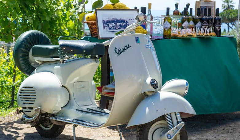 Wine&TheVespa i vintage tour di NapolinVespa per Wine&Thecity: in sella a vespe d'epoca tra le vigne metropolitane di Napoli