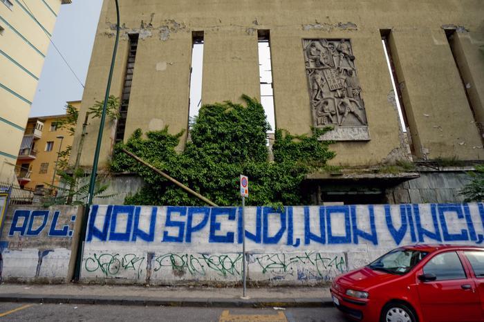 Scritte contro De Laurentiis a Napoli: sulla facciata dell'ex sferisterio tutta la delusione dei tifosi azzurri