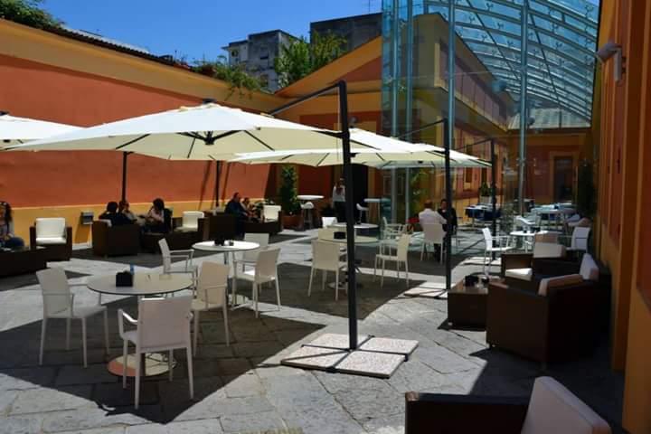 L'ex scuderia reale di Villa Favorita diventa un  luogo di incontro tra arte, letteratura e musica dove si mangia e beve bene