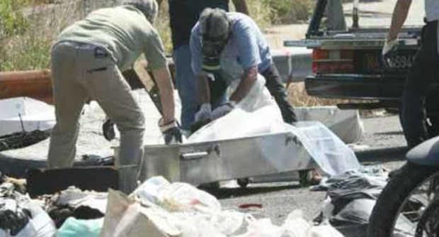 Cadavere rinvenuto nella notte su un cumulo di rifiuti in fiamme; sul corpo dell'uomo trovati colpi d'arma da fuoco