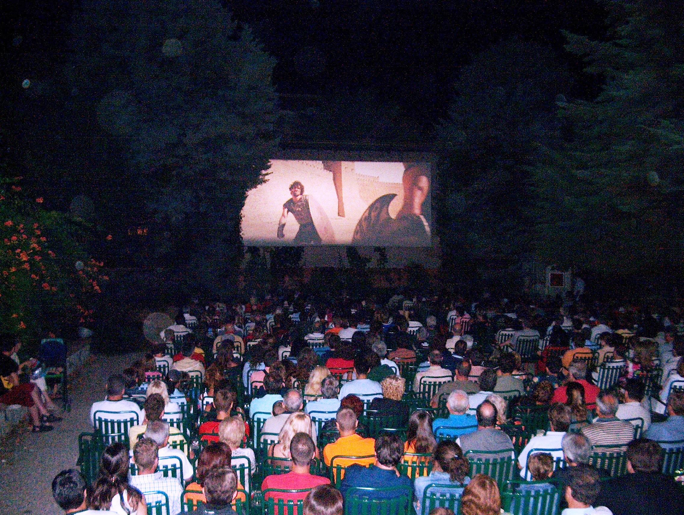 CINEMA SOTTO LE STELLE – Parte l'arena Arci Movie 'Cinema intorno al Vesuvio'