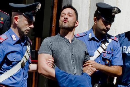 I carabinieri arrestano il boss di Barra Luigi Cuccaro, in strada la gente li aggredisce