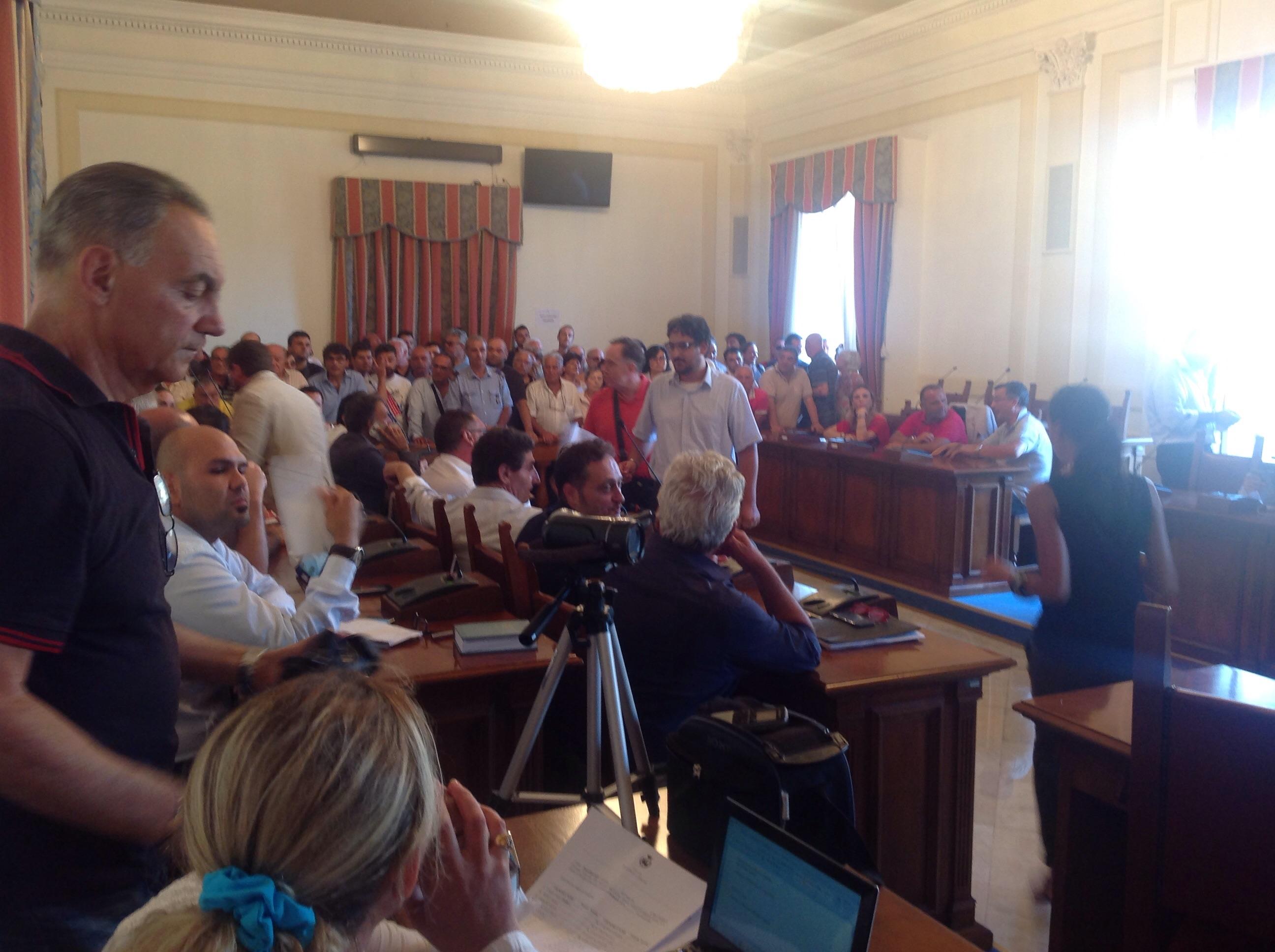 (Video) San Giorgio a Cremano. La maggioranza è compatta intorno al Sindaco. Bufera al consiglio comunale dopo l'inchiesta sugli appalti truccati.