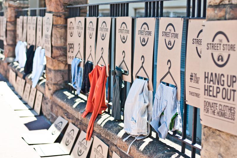 """Napoli, nascono """"street store"""" per i """"senza fissa dimora"""": metteranno a disposizione abiti e altri oggetti lasciati in dono"""