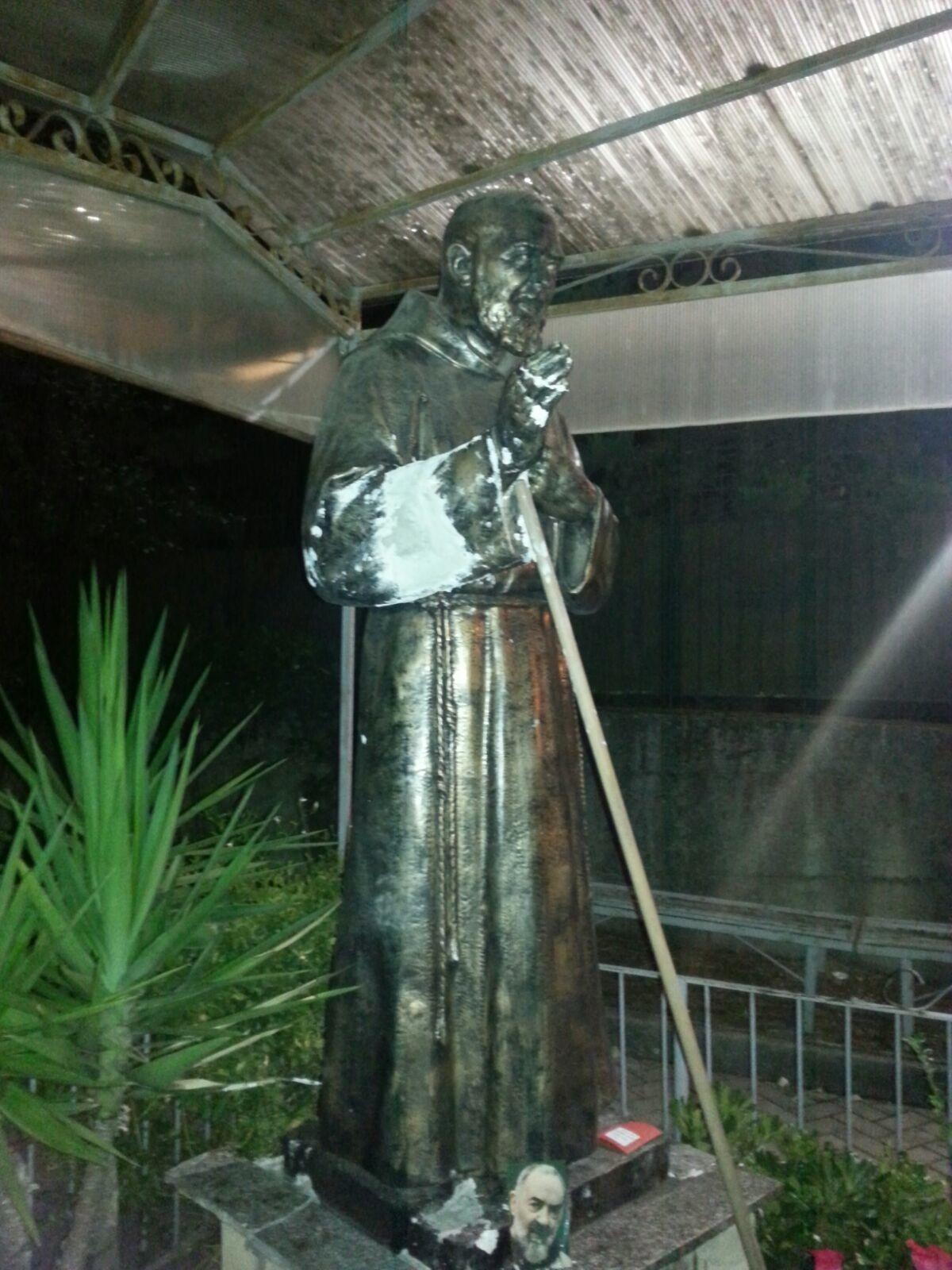 Ladri provano a rubare la statua di Padre Pio a Pollena Trocchia, un anziano e un architetto locale intervengono