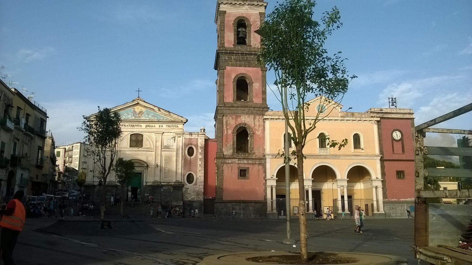 Nuovi alberi d'alto fusto piantati in Piazza Pugliano. Buonajuto: «Interventi in corso sulle aree verdi in tutta la città. Entro fine anno prevista la riapertura di via Pugliano»