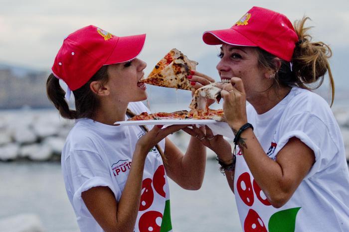 PIZZA IN PIAZZA – A Napoli, il 14 dicembre pizza gratis in piazza per festeggiare il titolo Unesco