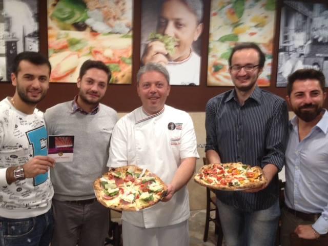 Il #CulturPiennolo della Pro Loco di Pollena Trocchia dopo i successi dell'Expò finisce sulle pizze del maestro Vincenzo Esposito all'antica pizzeria Carmenella