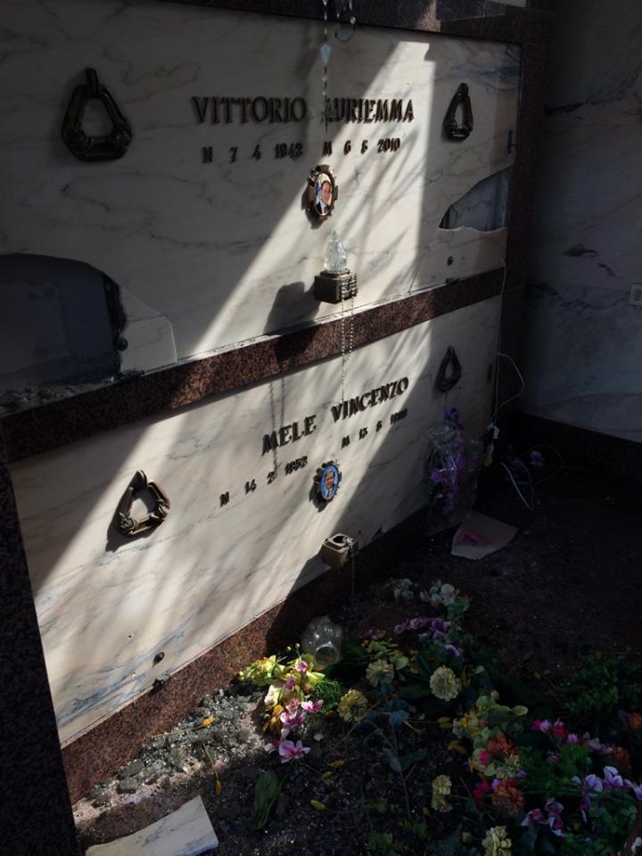 A Pollena Trocchia, dopo i furti, i soliti vandali distruggono le cappelle al cimitero