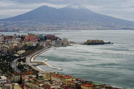 Pioggia e temperature basse: così il Vesuvio comincia a imbiancarsi