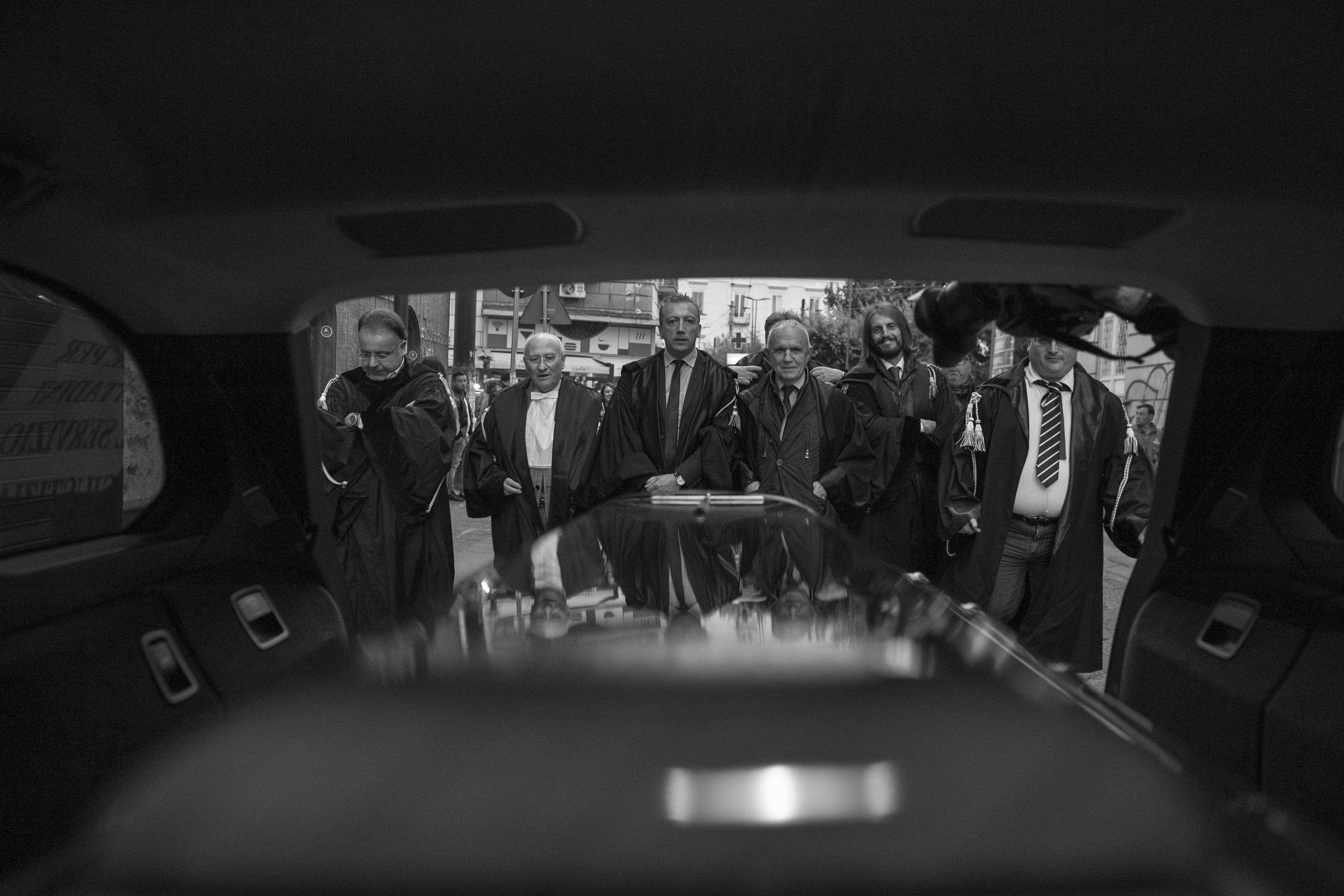 """A Portici e ad Ercolano il """"funerale della Legalità"""". La chiusura degli uffici del giudice di pace nei comuni guidati da un ex magistrato ed un avvocato scatena la protesta delle toghe vesuviane."""