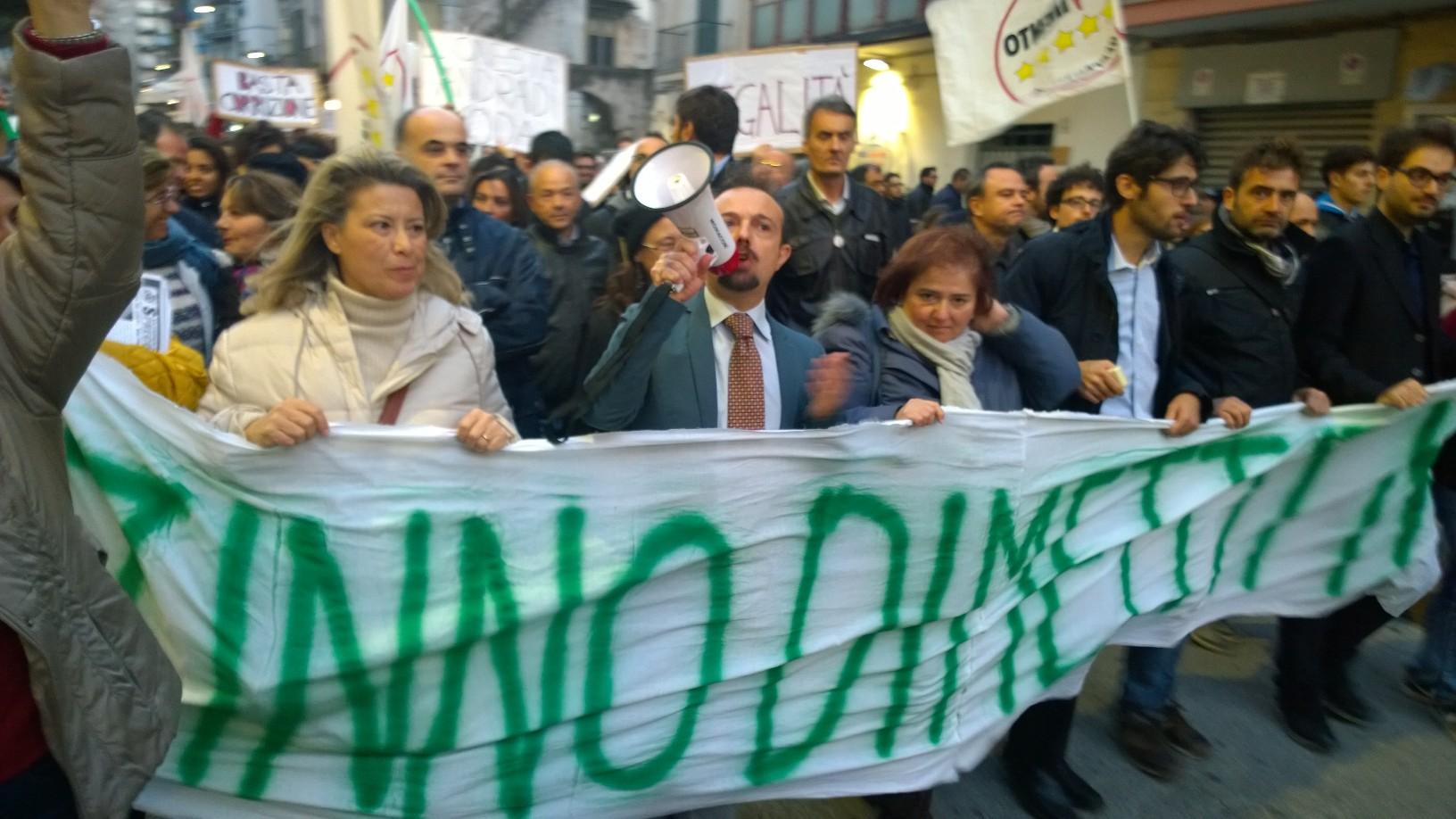 """Il Movimento 5 Stelle in piazza a San Giorgio: """"Zinno dimettiti"""" e le solite accuse ai giornalisti (non allineati a Grillo)"""