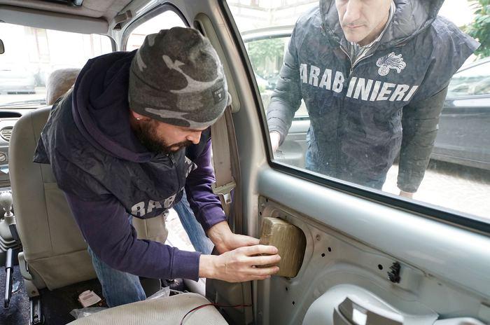 Maxi blitz antidroga: mezzo milione in droga nascosto in un garage e in un'utilitaria. Tre arresti e 15 denunce, tornano in strada anche i contrabbandieri