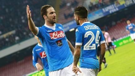 Un Napoli indemoniato surclassa l'Empoli e conferma il primato.