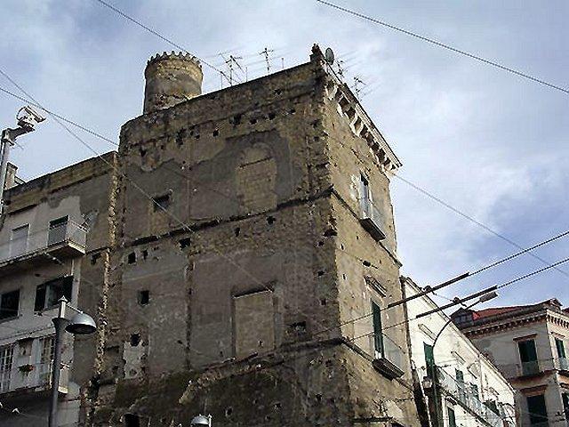 I residenti del Palazzo più antico di Portici chiedono aiuto al mecenate Packard