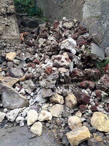 Crolla un edificio storico nel cuore di Massa. Strada chiusa al traffico veicolare e pedonale