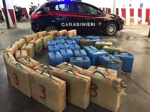 Sant'Anastasia, i carabinieri sequestrano oltre una tonnellata di hashish marchiato con una nota griffe di abbigliamento