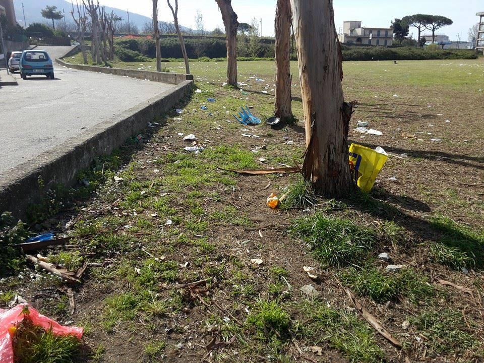 A Pollena Trocchia dopo la processione dei fujenti, il Parco Europa ancora invaso dai rifiuti