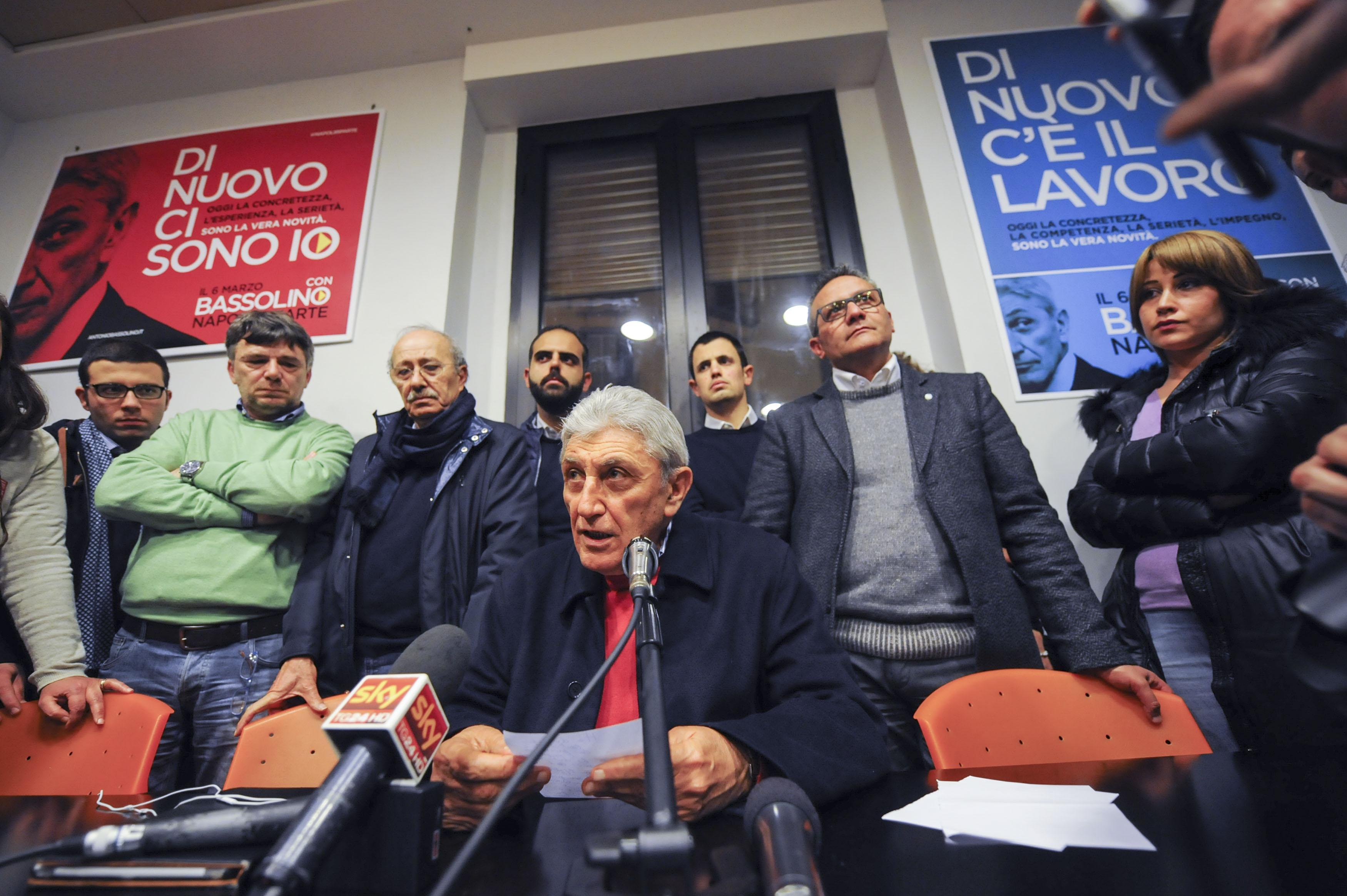 """Dopo l'incontro col Premier Renzi, Bassolino non si candida e """"giura"""" fedeltà al Pd"""