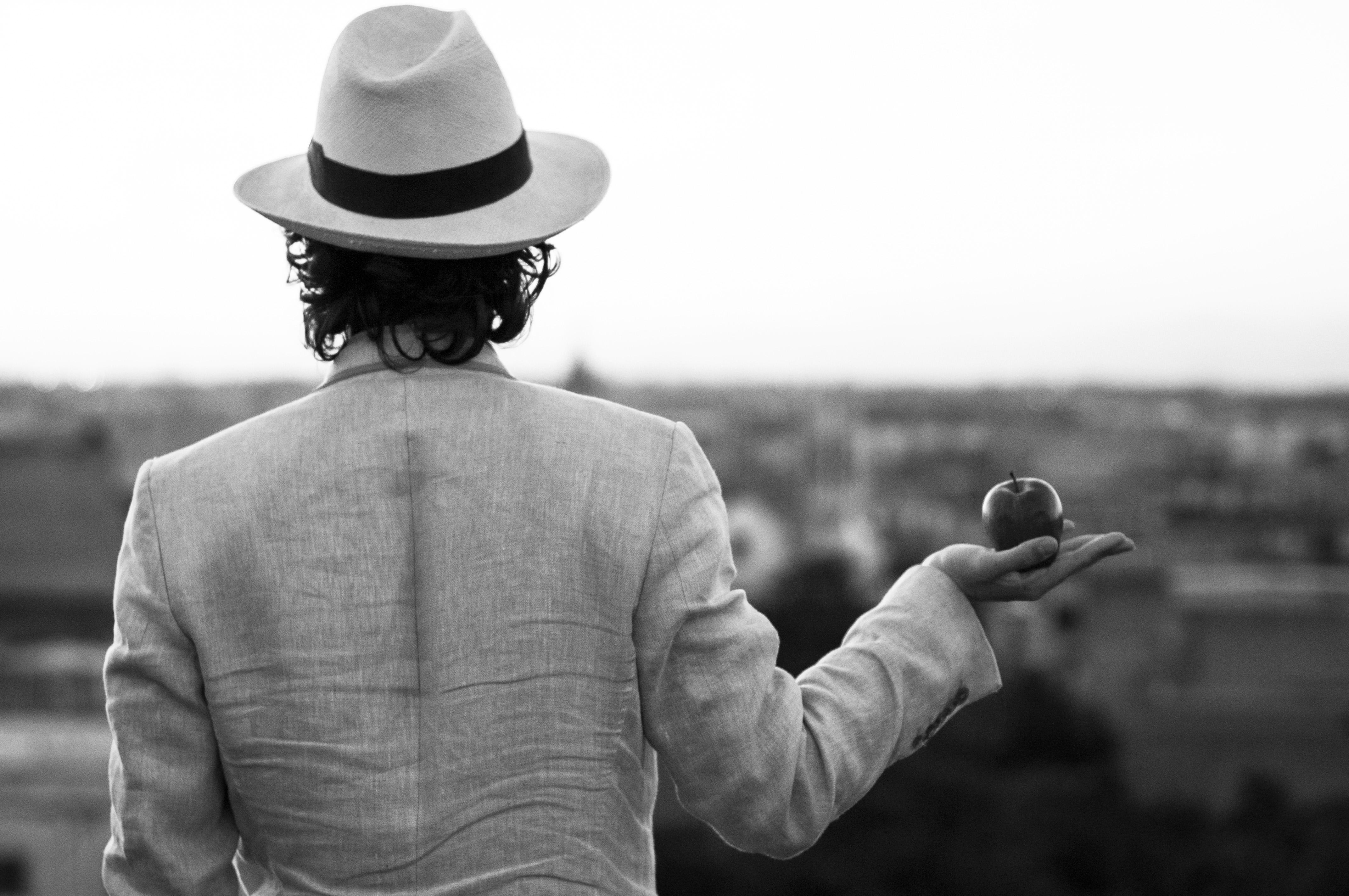 Al Foyer del Teatro Bellini  il lancio del singolo La Mela di Marco D'Anna che gira on line con un video diretto dalla regista napoletana Giusi Vittorini