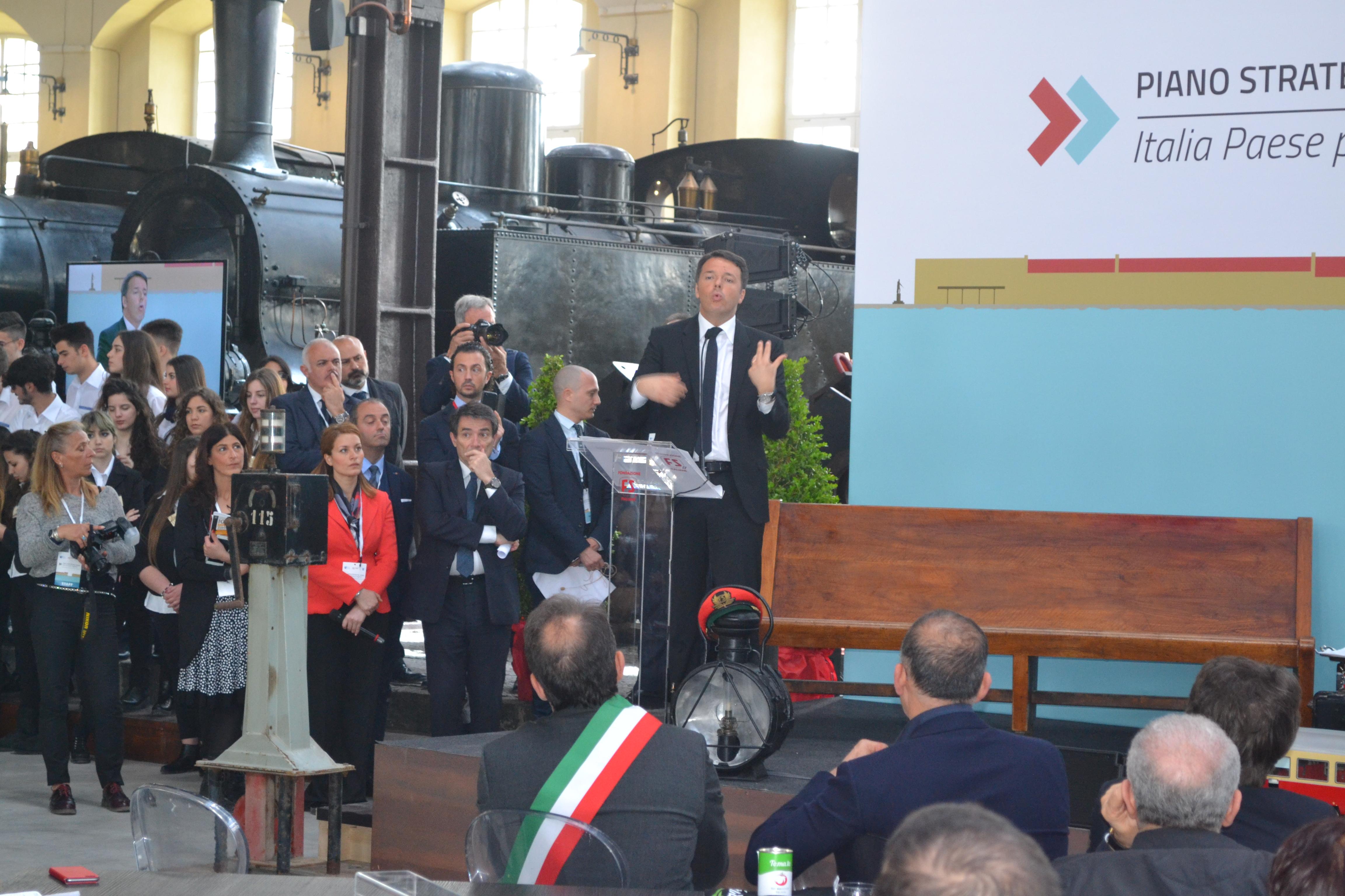 """Renzi a Portici. Per il sindaco Marrone """"segnale tangibile del governo per il Miglio d'oro""""; mentre il PD critica l'organizzazione."""
