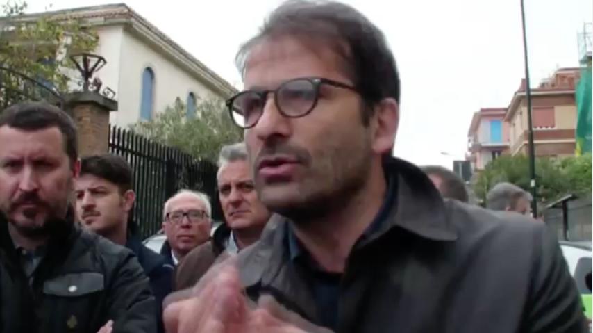 """(VIDEO) Portici. Il sindaco di Portici finalmente scende in strada tra la gente: """"A fine mese riprenderanno i lavori sul waterfront e ci impegneremo per farsì che un tratto di spiaggia resti aperto ai cittadini"""""""