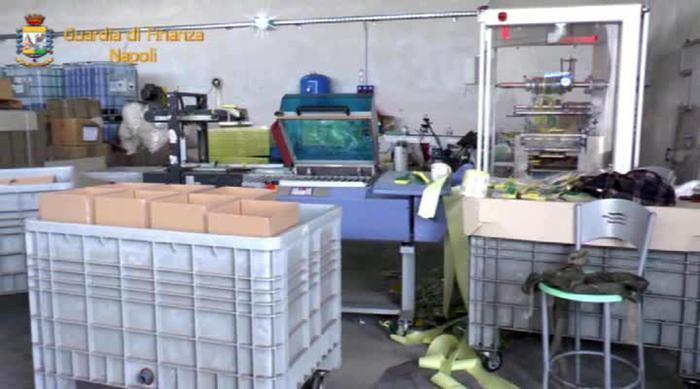 La Guardia di Finanza smantella due fabbriche del falso nel vesuviano, scoperti nei dormitori anche due minori