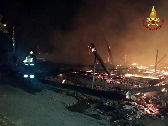 """Distrutta dalle fiamme la concessionaria di motocicli e biciclette """"Sorrentino Marino"""""""