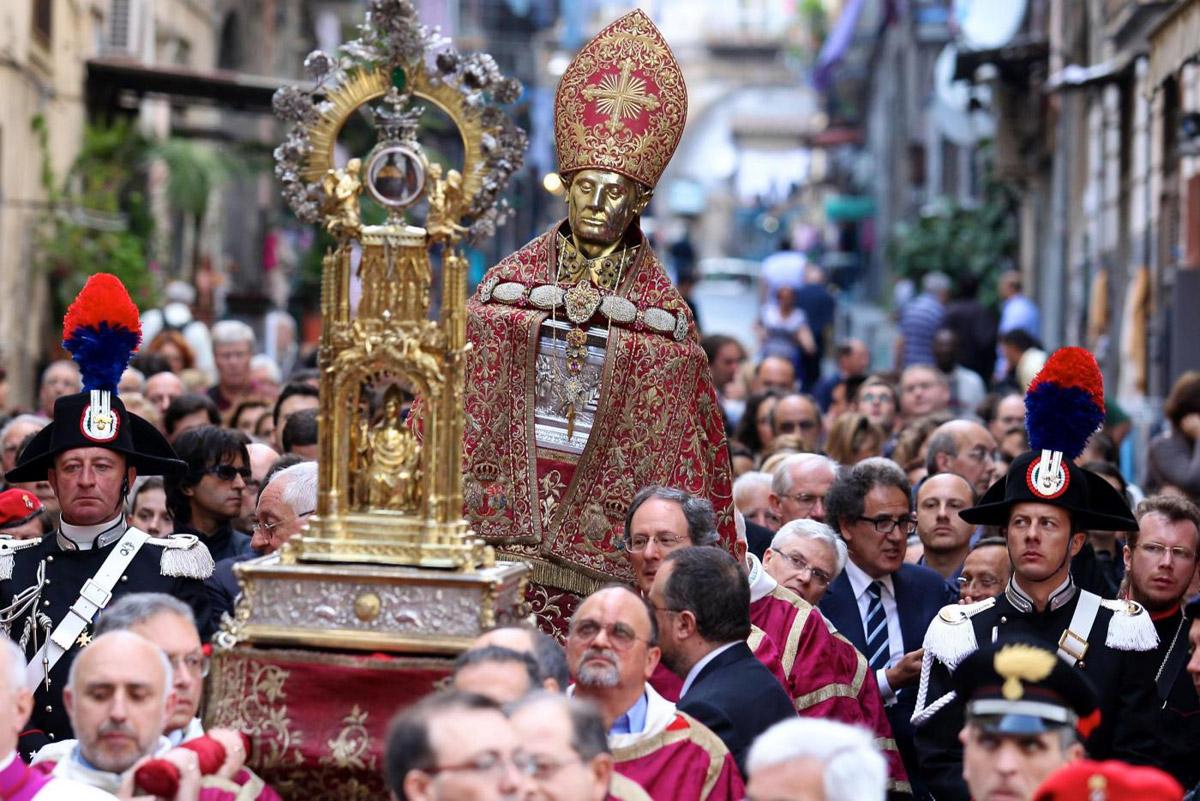 La processione di San Gennaro: ad attendere il nuovo miracolo anche il Ministro ALfano firmatario del decreto delle polemiche tra Curia e Deputazione
