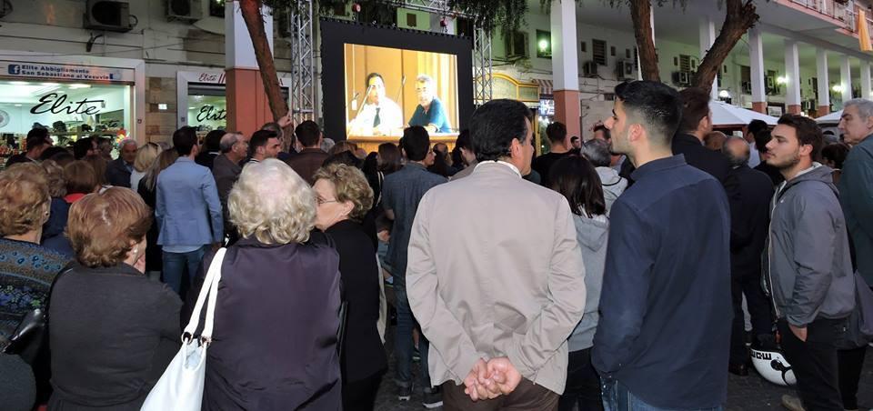 """Una folla in piazza per Gennaro Manzo che pubblica on line il casellario giudiziario. """"Sanno solo infangare e intanto hanno rovinato questa città"""""""