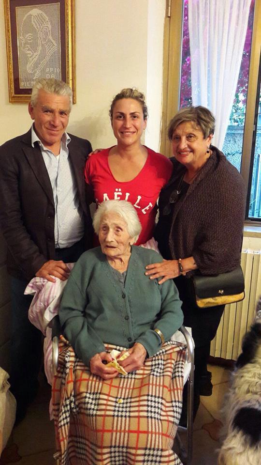 La signora Teresa Giovannina Panico, 104 anni e l'entusiasmo di sempre. E' stata tra le prime operaie assunte alla Aerefer, l'attuale Alenia