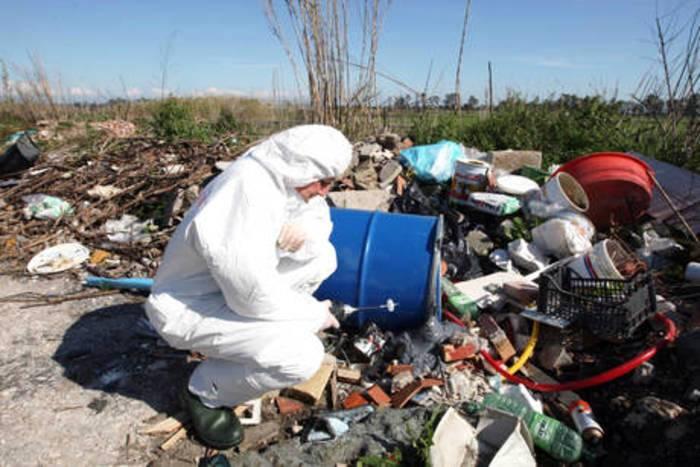 Scartidi demolizioni e carcasse di auto: rifiuti speciali nel Parco del Vesuvio,i pm: sono stati nascosti da diversi anni
