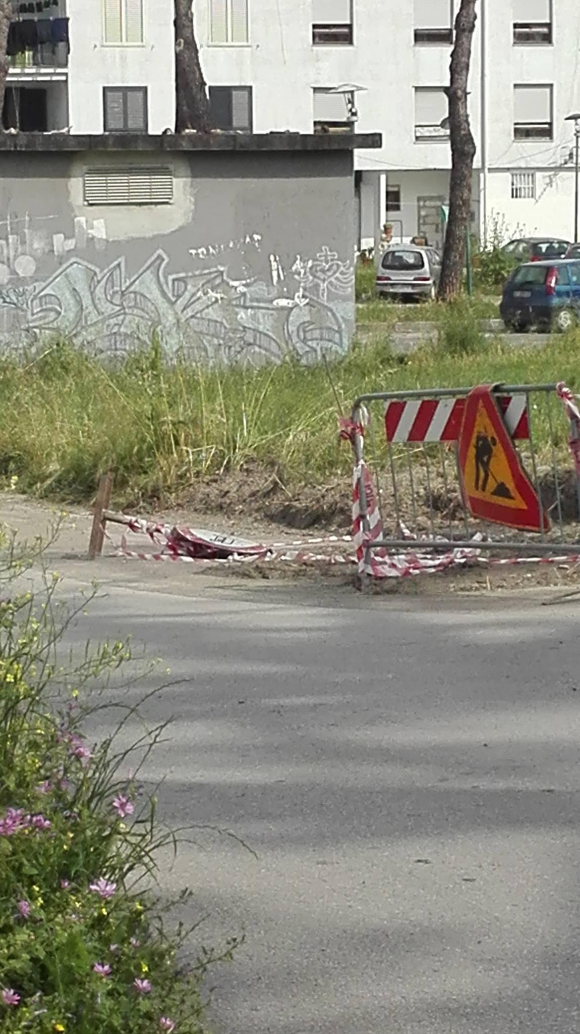 A Volla la periferia è sempre più abbandonata, un disabile cade tra le transenne dei lavori per l'elettricità in via Alfieri