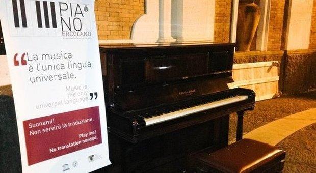 A Ercolano tentano di scassinare la porta che custodisce il pianoforte posto all'ingresso degli Scavi
