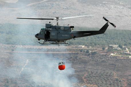 Gli elicotteri per sedare le fiamme sul Vesuvio