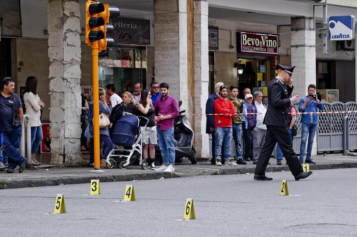 """A Marigliano, sparano a salve tra la gente: presi due giovani a cui """"piace vedere il terrore in faccia alla gente"""
