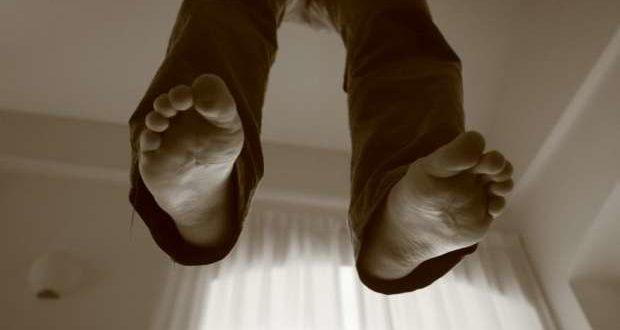 Un uomo impiccato con le mani legate trovato morto nel parco dei Camaldoli: indagano i carabinieri