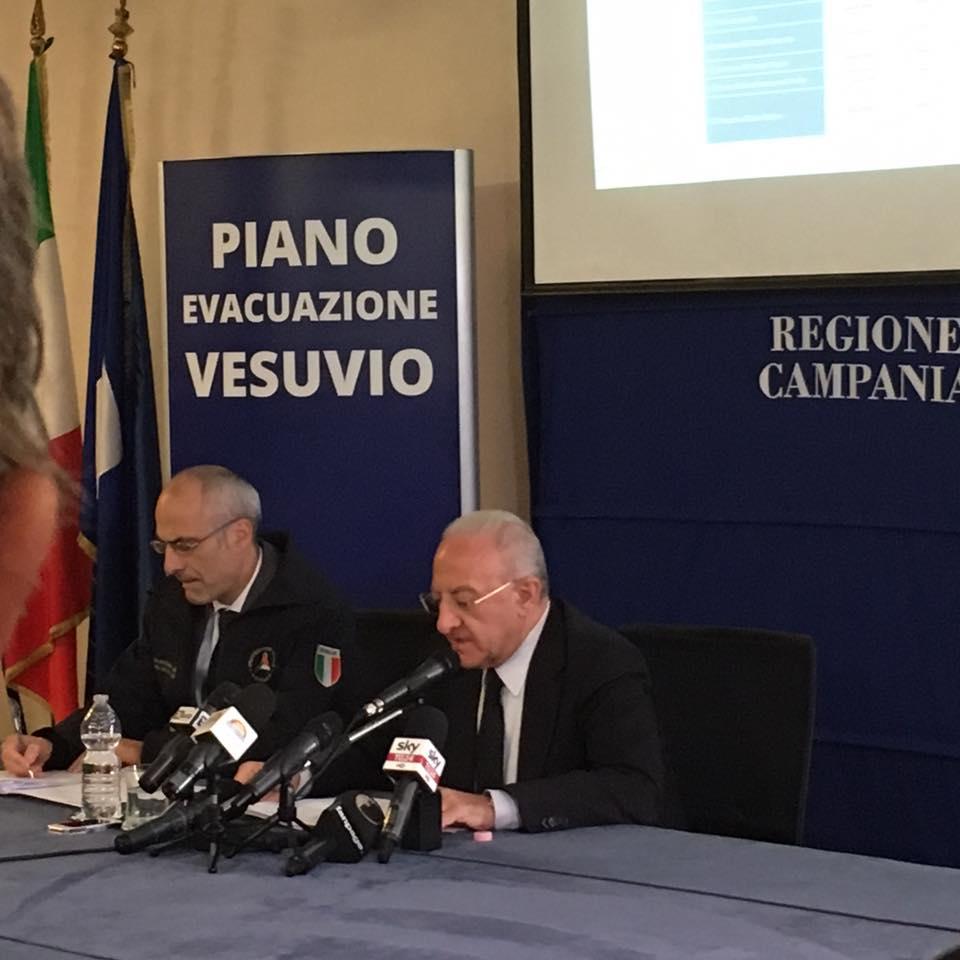 """Piano Vesuvio, coinvolti in 700 mila Coinvolti 25 Comuni con 672 mila residenti. Il Presidente De Luca. """"Il progetto prevede lo spostamento di 700 mila persone in 72 ore attraverso l'impiego di 500 pulman, 220 treni"""""""